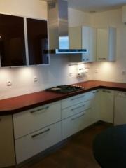 cuisine-blanc-brillant-et-verre-rouge1.jpg