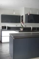 cuisine-laque-blanc-brillant-et-gris-verres-laque1.jpg