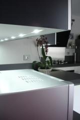 cuisine-laque-blanc-brillant-et-gris-verres-laque11.jpg