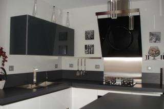 cuisine-laque-blanc-brillant-et-gris-verres-laque4.jpg