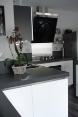 cuisine-laque-blanc-brillant-et-gris-verres-laque7.jpg