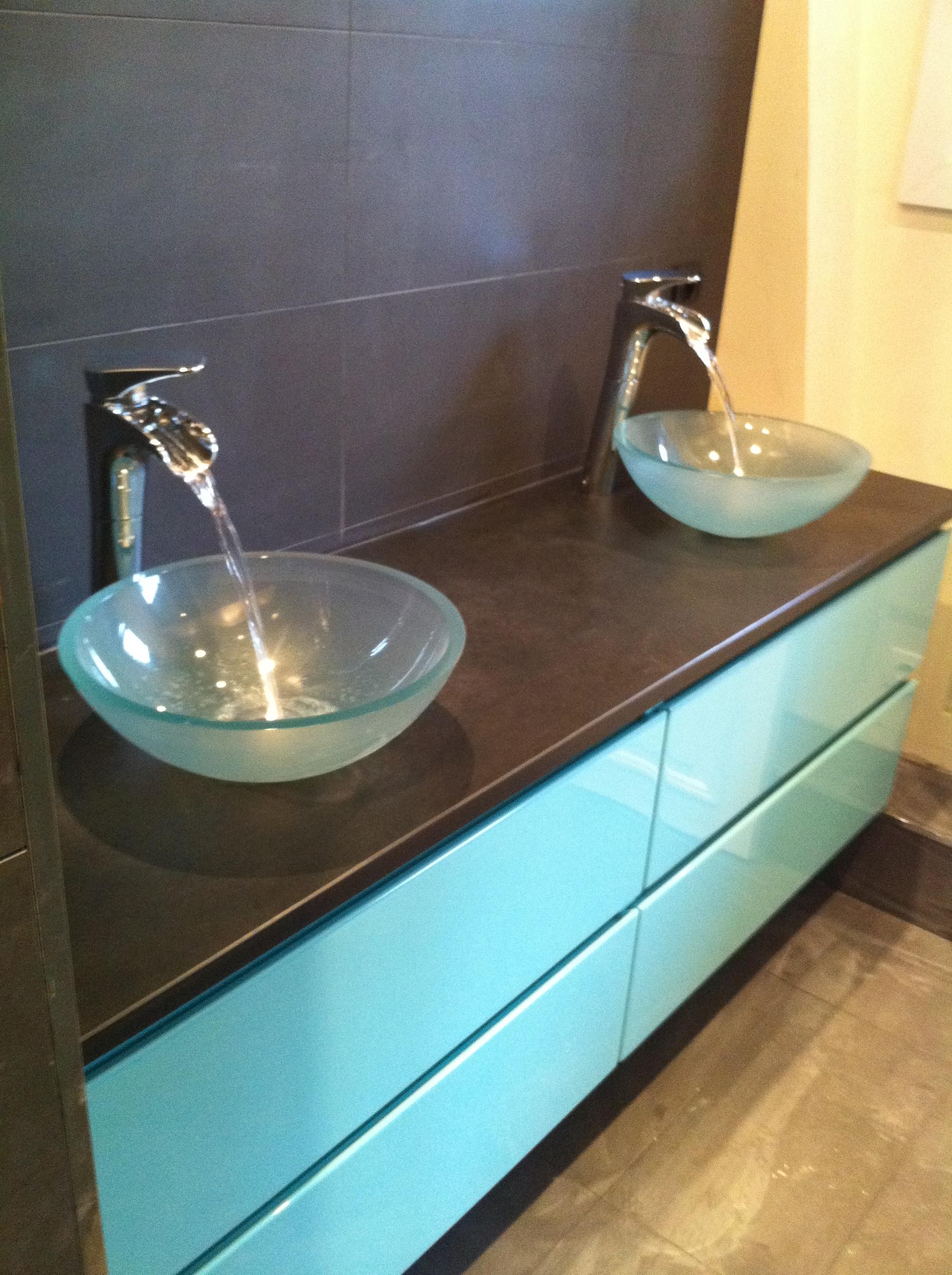 salle d eau ardoise et verre laqu vert brillant sadeco le sp cialiste en cuisines et. Black Bedroom Furniture Sets. Home Design Ideas