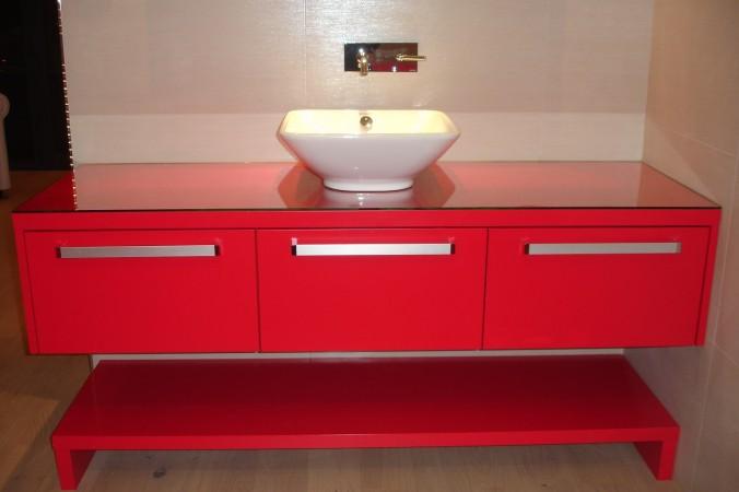 laqu rouge sadeco le sp cialiste en cuisines et salles de bain haut de gamme. Black Bedroom Furniture Sets. Home Design Ideas
